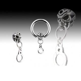 Piercing anneau captif avec menotte et tête de mort